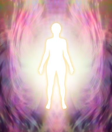 Maak contact met je Hogere Zelf - witte vrouwelijke silhouetfiguur met gouden gloed op een roze en paarse vrouwelijke energieveldachtergrond
