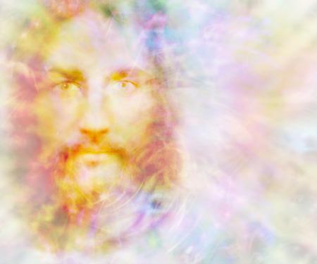 Espíritu apacible: luz dorada etérea que forma la cara de un espíritu apacible sobre un fondo de campo de energía de color pastel con espacio de copia a la derecha