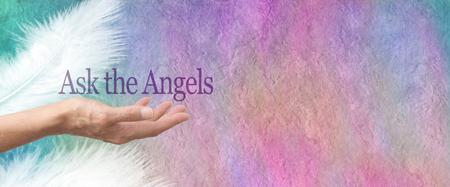 Banner per pergamena Chiedi ai tuoi angeli - Mano femminile rivolta verso l'alto con le parole Chiedi agli angeli che fluttuano sopra su una pergamena ruvida color pastello effetto pietra con due piume bianche e copia spazio