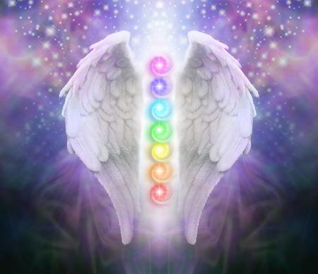 Angel Wings Chakras obscurité et la lumière - une paire d'ailes d'ange avec les sept chakras entre bleu noir et pourpre derrière, sombre un arbre de lumière et scintille