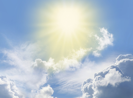 奇跡的な天の光 - 青い空、ふわふわの雲、美しい明るい黄色の聖なる存在を描いた星の形をしたライトを放射