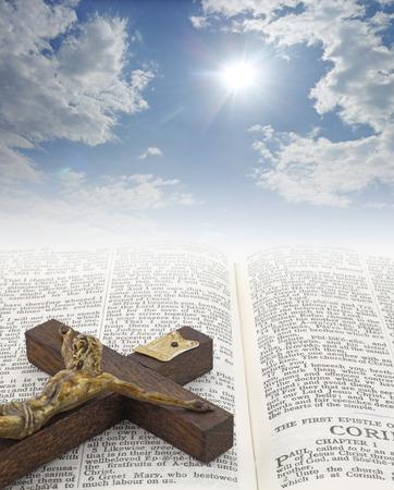 私たちの父で、天 - 美しい太陽に差し込む十字架とページの聖書のテキストの普及にバーストをコピー スペースたっぷりの大きな白い雲の間