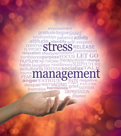 Stress Counsellor met een Stress Management-woordballon - een open hand met een rode tot blauwe afgestudeerd circulaire wereldwolk met woorden die relevant zijn voor stressmanagement Stockfoto