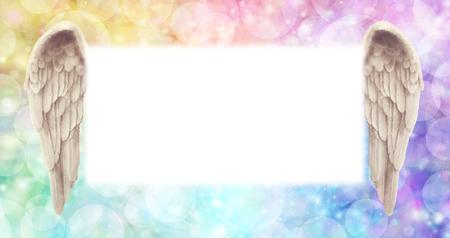 虹天使翼掲示板 - 天使の羽のペアが並ぶ大霧白い中央のメッセージ ボード面積の広い空気のような虹色の効果背景のボケ味 写真素材