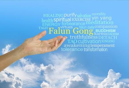法輪功(中国の精神的教のシステム)Word Cloud - 青空の背景に関連する単語雲に囲まれた「法輪功」という言葉に手を伸ばす開いた手のひらを持つ女性
