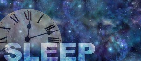 È ora di curare il tuo problema di sonno: sfondo scuro del cielo notturno con un orologio con numeri romani semitrasparente che mostra la mezzanotte passata e il lavoro SLEEP sotto con spazio di copia