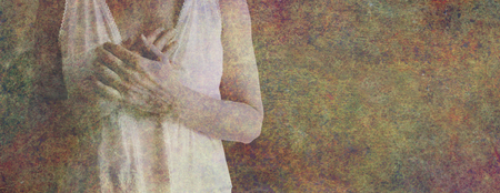 Mi corazón gobierna mi cabeza y confío en él: torso femenino con las manos cruzadas sobre el corazón sobre un fondo de efecto piedra rústica con espacio de copia en el lado derecho