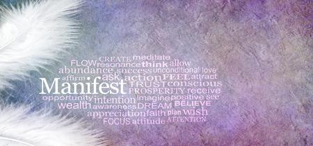 Angelic Manifest Abundance Word Cloud - due piume bianche e una nuvola di parole MANIFEST su uno sfondo rustico effetto pietra di colore viola tenue con spazio di copia Archivio Fotografico
