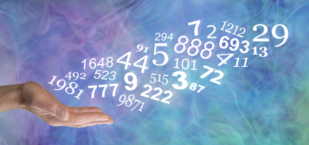Konsultieren Sie einen Numerologen und erfahren Sie mehr über Ihre persönlichen ZAHLEN - männliche offene Handfläche mit einem Strom von Zufallszahlen, die auf einem blau-grün-lila wispy rauchigen Hintergrund nach oben fließen