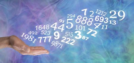 Skonsultuj się z numerologiem i poznaj swoje osobiste LICZBY - otwarta dłoń mężczyzny ze strumieniem losowych liczb płynących w górę na niebiesko-zielono-fioletowym delikatnym dymnym tle