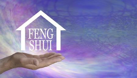 Le Feng Shui peut faire des merveilles dans votre maison - main masculine avec une forme de maison contenant les mots FENG SHUI flottant au-dessus sur un fond psychédélique rose lilas avec espace pour copie