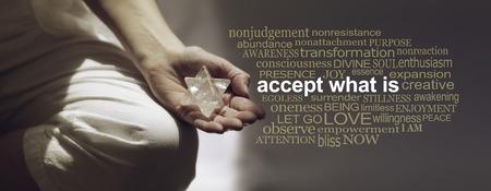 Akzeptieren Sie, was Meditation Wortwolkenbanner ist - Frau sitzt in Lotusposition auf der linken Seite mit Sonnenlicht, das einen meditierenden Merkabah-Kristall hält, und eine relevante Wortwolke auf der rechten Seite