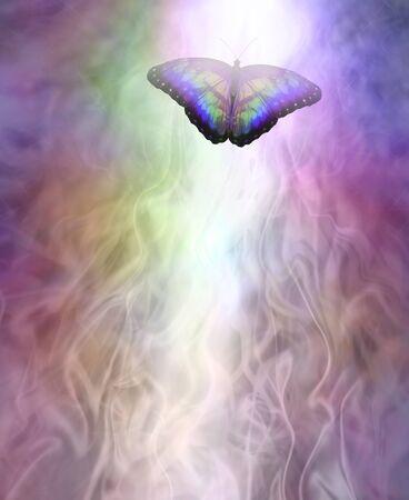 Transformationsmetapher Schmetterling, der sich ins Licht bewegt - ein mehrfarbiger Schmetterling, der eine Spur aus weißem Licht hinterlässt und den Raum darunter vor einem Hintergrund der Bildung gasförmiger ätherischer Energie kopiert Standard-Bild