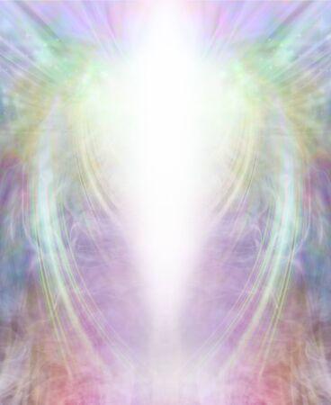 Angelic Light Being Background - zentraler hellweißer Lichtschacht mit mehrfarbigem, gasförmigem, symmetrischem flügelähnlichem Muster, das ein majestätisches, überragendes, jenseitiges Erscheinungsbild verleiht