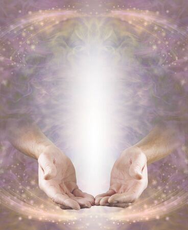 Humble Pranic Healer Message Board - mains masculines en position ouverte avec un arbre de lumière blanche au-dessus sur une énergie éthérée de pêche rose coulant sur fond étincelant avec espace de copie Banque d'images