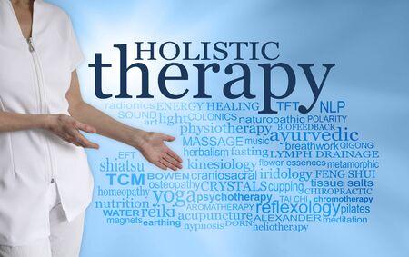 Werfen Sie einen Blick auf all die verschiedenen ganzheitlichen Therapien - Therapeutin mit Händen, die in Richtung der Wortwolke GANZHEITLICHE THERAPIE auf türkisblauem Hintergrund gestikulieren Standard-Bild
