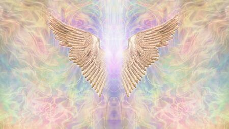 Estandarte de alas de ángel dorado: fondo etéreo multicolor, ancho y tenue, con un par de alas de ángel doradas en el centro con un rayo de luz brillante en medio y espacio de copia en ambos lados. Foto de archivo