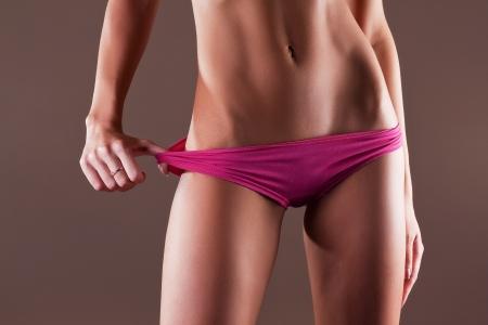 Beauté et de la femme parfaite avec le corps de fitness idéal en culotte rose Banque d'images