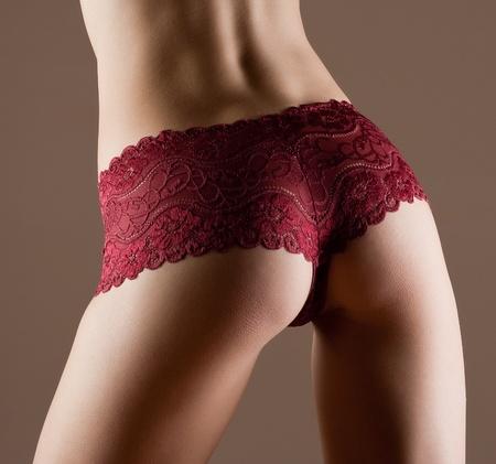 femme noir sexy: Beaut� et de la femme parfaite avec le corps de fitness id�al en culotte rouge