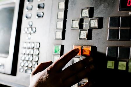 La main sur le bouton près de l'écran