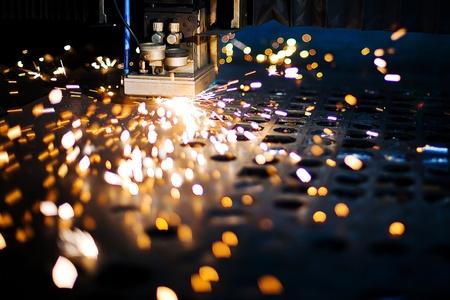 Découpe laser avec des étincelles de près Banque d'images
