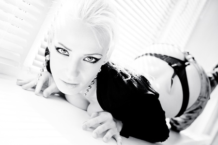 femme sexy posant en photo high key
