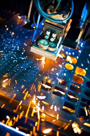 corte laser: Corte por l�ser con chispas de cerca