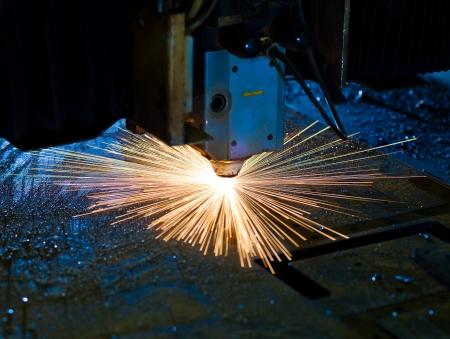 corte laser: Corte con l�ser chispas cerca Foto de archivo