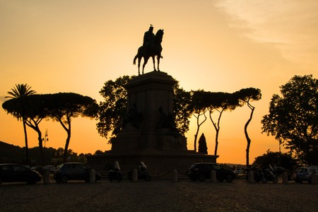 Garibaldi equestrian Monument, beautiful evening sunset. Janiculum Hill, Rome, Italy. Golden evening hour, architectures and landmarks of Rome. 版權商用圖片