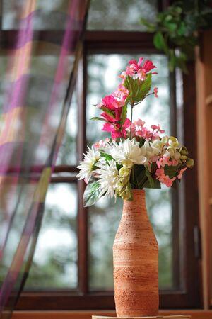 fleurs dans la vase.