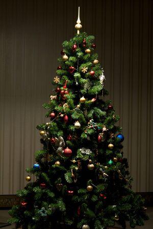 moltitudine: Albero di Natale con la moltitudine di decorazioni