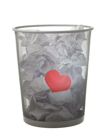 unrequited love: concepto de amor no correspondido - coraz�n rojo en la lata de basura
