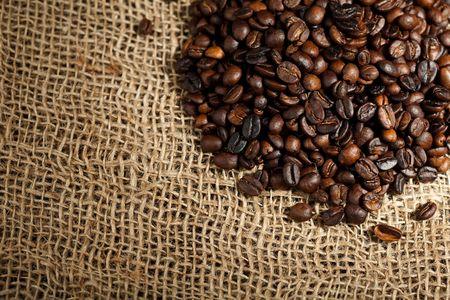 cafe colombiano: pila de granos de caf�  Foto de archivo