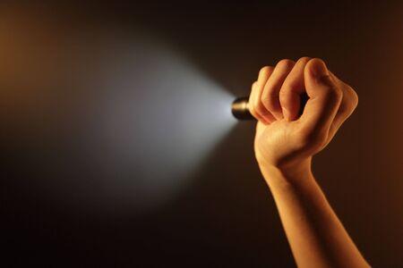 taschenlampe: Hand mit Pocket-Taschenlampe