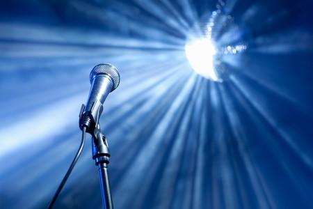 microfono de radio: micrófono en el escenario