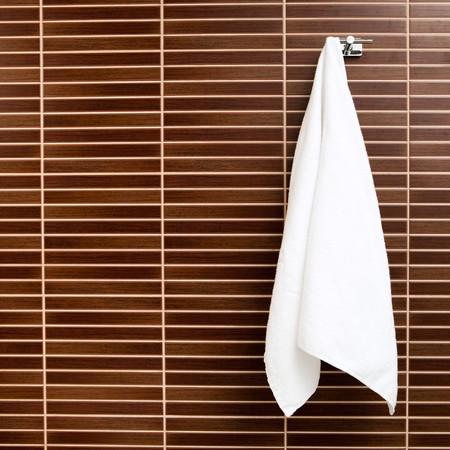 toalla: toalla colgando en el gancho