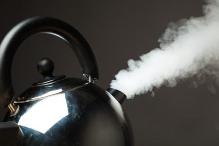 kettles: hervidor de agua hirviendo con vapor denso