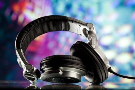 casque audio: �couteurs sur fond de disco pourpre