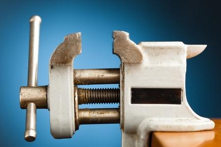 Vice-Tool vor blauem Hintergrund Standard-Bild