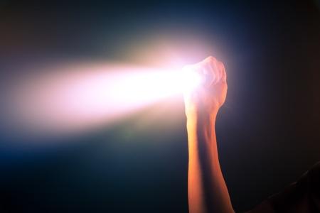 Hand leuchtende Taschenlampe Licht