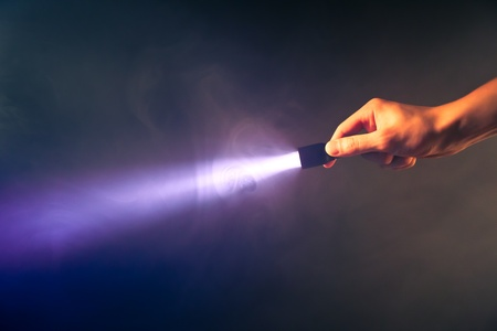 손 빛나는 들고 포켓 토치 빛