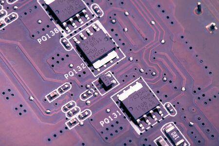 printed circuit board: pourpre carte de circuit imprim�, vue macro