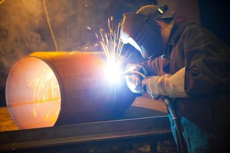 soldador: soldador en el trabajo de fábrica