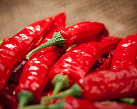 chiles picantes: multitud de chiles rojos, vista de cerca Foto de archivo
