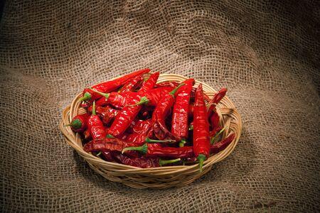 chiles picantes: chiles rojos en el plato de mimbre, de fondo saqueo