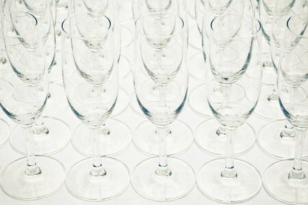 moltitudine: Moltitudine di bicchieri di champagne vuote o flauti