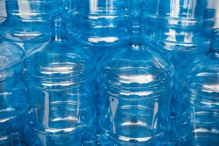 dispensador: grandes botellas de agua vac�as en el almac�n