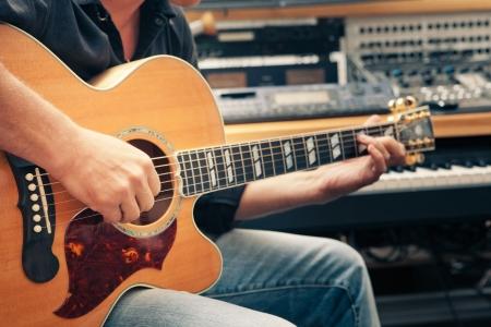 estudio de grabacion: hombre tocando la guitarra, primer plano