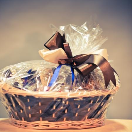 giftbasket: vintage cadeau mand tegen blauwe achtergrond
