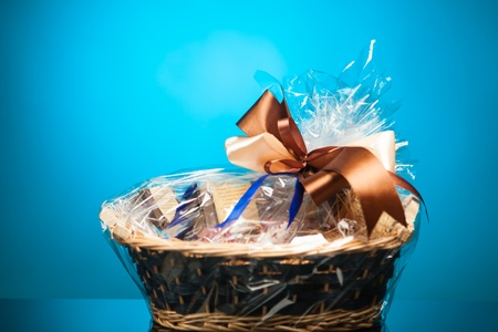 giftbasket: cadeau mand tegen blauwe achtergrond
